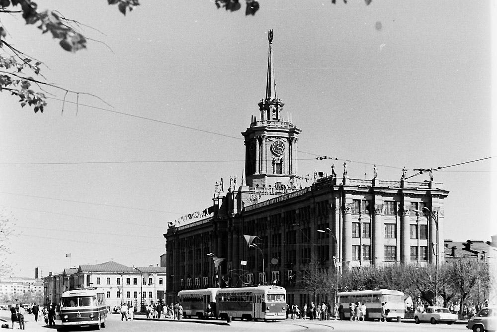 Двухвагонный поезд МТВ-82 на площади 1905 года
