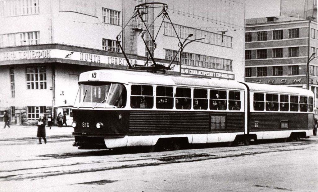 Сочлененный трамвай-гармошка серии К-2 возле Главпочтамта (18 маршрут)
