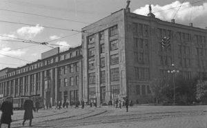 Поворот трамвайных путей с проспекта Ленина на ул. 8 Марта