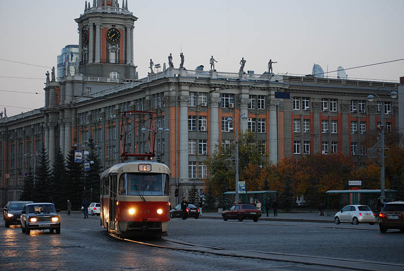 Трамвай 13 маршрута на фоне администрации Екатеринбурга