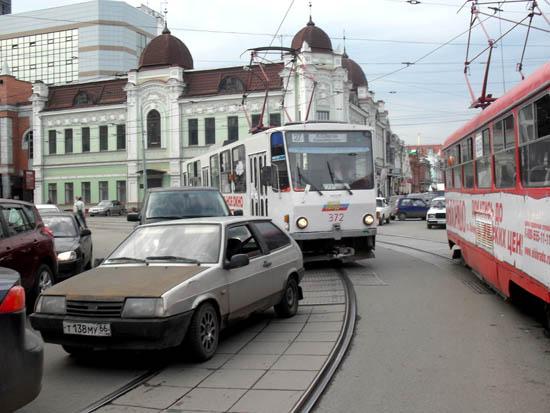 Типичный затор на трамвайных путях в Екатеринбурге