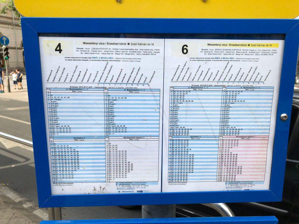 Расписание движения на трамвайной остановке Будапешта