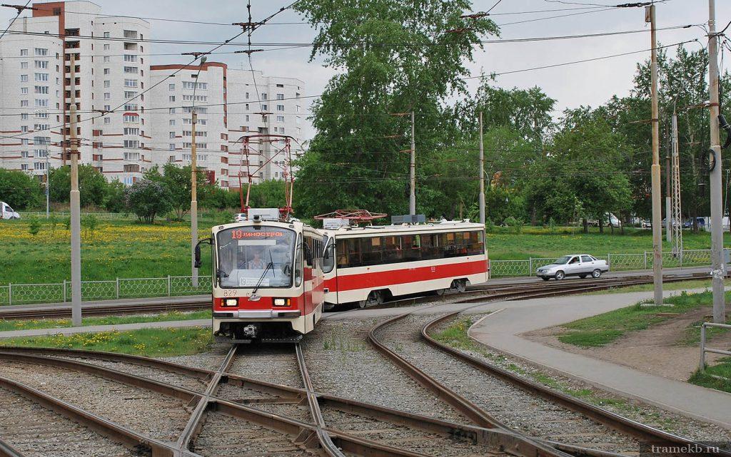 Трамвай 19 маршрута поворачивает на улицу Халтурина в Екатеринбурге