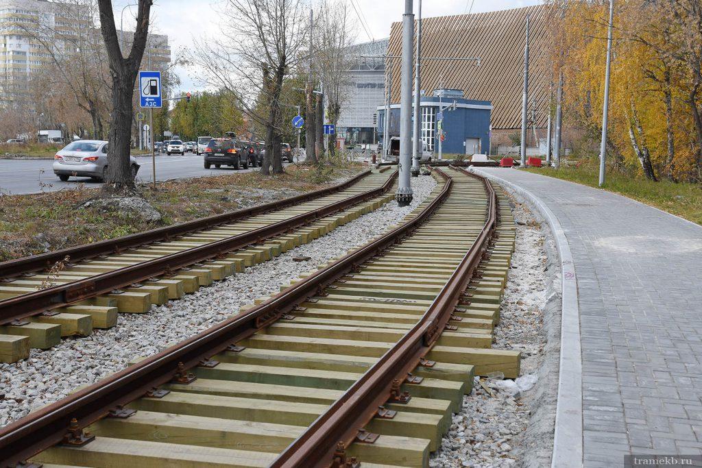Строительство трамвайной линии в Верхнюю Пышму. Улица Шефская. Кривая собрана из прямых рельсов