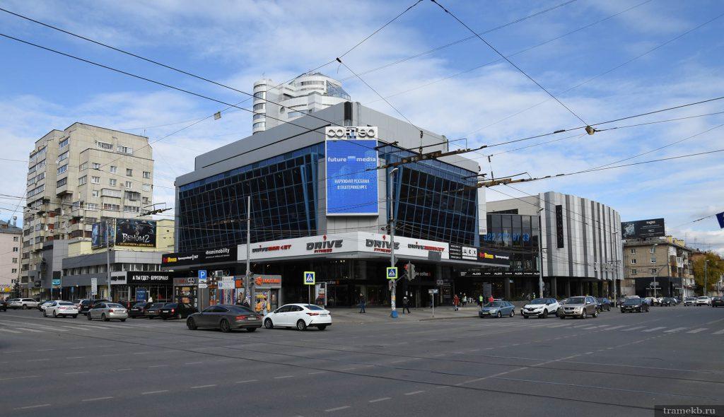 Перекресток улиц Малышева и Луначарского, на котором расположена трамвайная остановка «Дом кино»