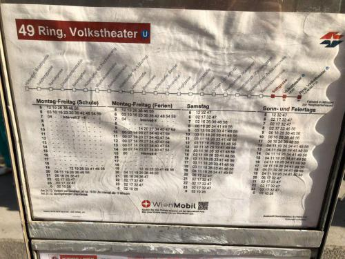 Информация на венской остановке. Присутствуют все необходимые элементы (фото: К. Медведев)