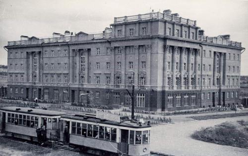 Трамвайный поезд на пересечении проспекта Ленина и улицы Генеральской