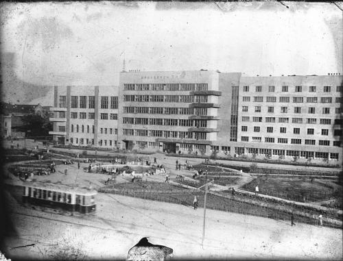 Трамвайная линия по проспекту Ленина на фоне здания обкома (площадь Труда)