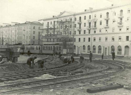 Трамвайная линия поворачивает с проспекта Ленина на улицу Кузбасскую (ныне Гагарина)