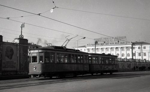 Трамвайный поезд на Плотинке на фоне заводской стены