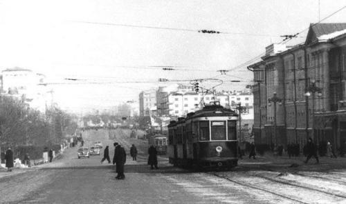 Трамвай на перекрестке Ленина – 8 Марта