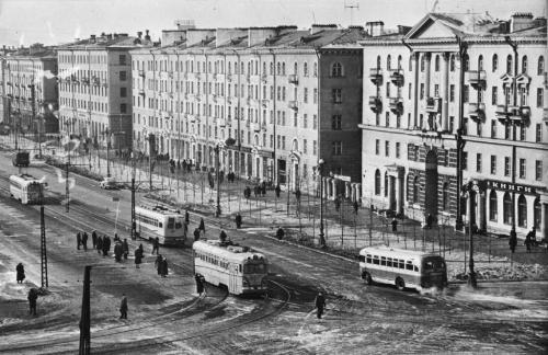 Вагоны МТВ-82 на перекрестке Ленина – Гагарина