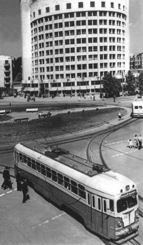 Трамваи МТВ-82 на кольце на перекрестке улиц Ленина и Луначарского