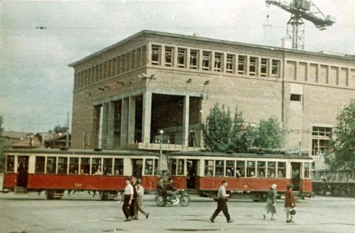 Трамвайный поезд на фоне строящего здания Театра музкомедии