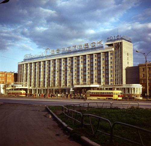 Трамвайные вагоны на фоне гостиницы «Свердловск»