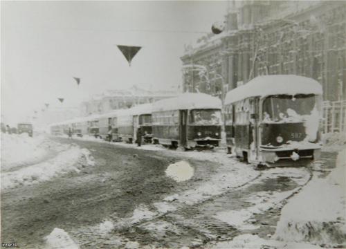 Трамваи на площади 1905 года во время майского снегопада 1984 года