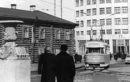 Трамвай Татра Т-2 на кольце у гостиницы «Исеть»