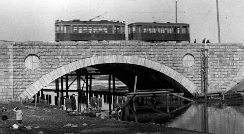 Трамвай следует по мосту через Исеть по улице Куйбышева