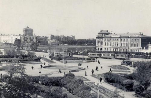 Трамвайные поезда на площади Труда