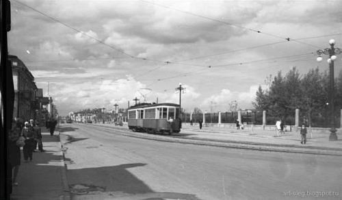 Трамвай следует по ул. 8 Марта напротив дендрологического парка
