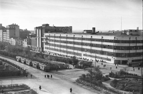 Трамваи на фоне типографии «Уральский рабочий», 1940-е годы (Фото: Инсаров М. А.)