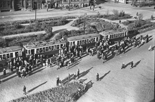 Остановка напротив Оперного театра, 1940-е годы (Фото: Инсаров М. А.)