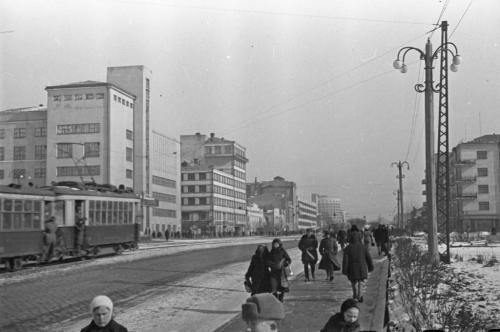 Трамвайный поезд подъезжает к Главпочтамту, 1940-е годы (Фото: Инсаров М. А.)