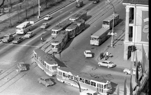 Трамвайный поворот с Ленина на 8 Марта (Фото: А. Грахов, 1981)